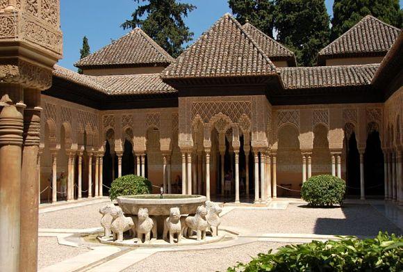 La alhambra y su patio de los leones for Patios de granada