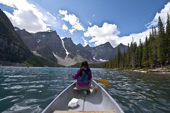 Viajar en canoa es otra de las actividades que podremos realizar en el Parque Nacional Banff