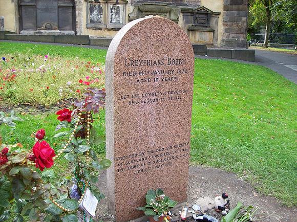 También podremos visitar la tumba de Bobby y llevarle un par de flores en su memoria