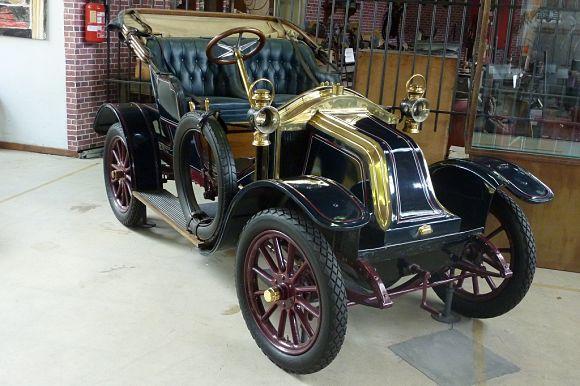 La exposición de coches en el Museo de Autoworld en Bruselas tiene gran interés