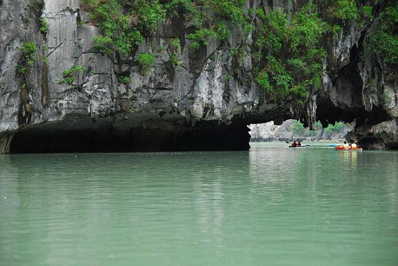 A bordo de una piragua o una canoa podremos descubrir por nosotros mismos todos los rincones de Halong