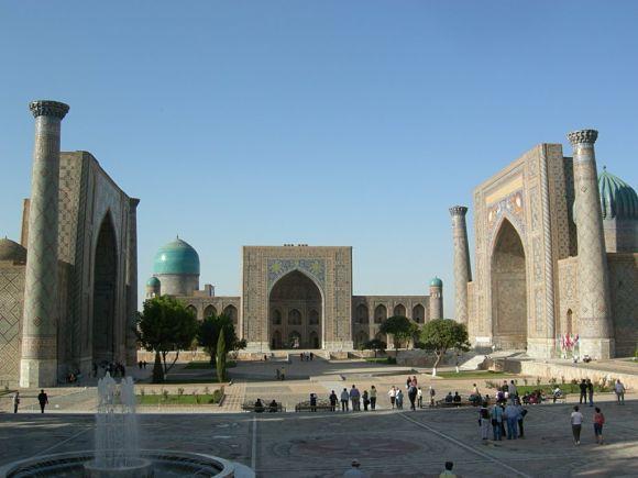 Foto panorámica de la Plaza de Registán donde se pueden ver las tres Madrazas