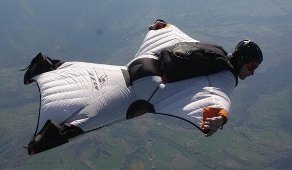 El Wingsuit Flying es una modalidad de paracaidismo con un traje especial que resiste el viento