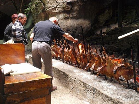 """La tradicional fiesta popular del """"zikiro jate"""" dentro de las cuevas de Zugarramurdi"""
