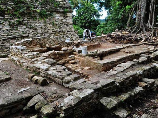 Imagen de arqueólogos trabajando en el yacimiento Plan de Ayutla de Chiapas