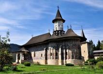 En el corazón del Monasterio de Sucevita se levanta una hermosa iglesia decorada con coloridas pinturas