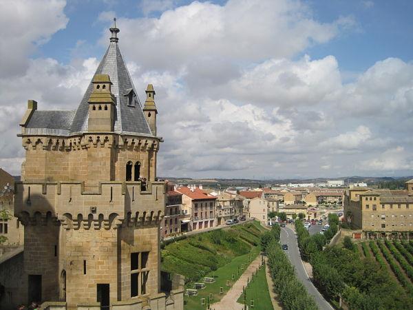 Torre de las Tres Coronas con un paisaje pintado de viñedos