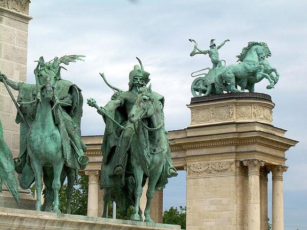Plaza de los Heroes esculturas