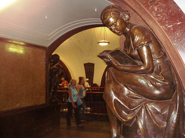 metro Moscú estatua