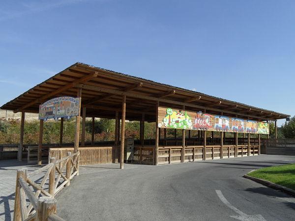 Uno de los apeaderos del tren que circula por el parque de Sendaviva en Arguedas, Navarra