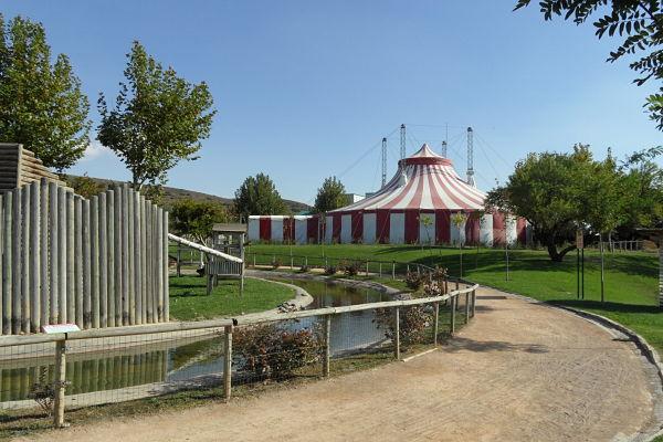 La feria de Sendaviva la corona una carpa rojiblanca donde se hace circo