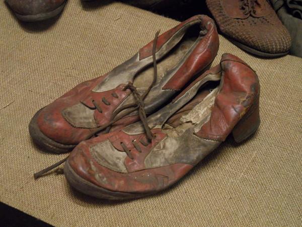 Fotografía de unos zapatos rojos pertenecientes a las víctimas de Auschwitz
