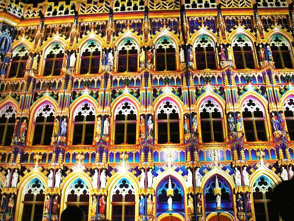Fachada del ayuntamiento de Lovaina iluminada de noche