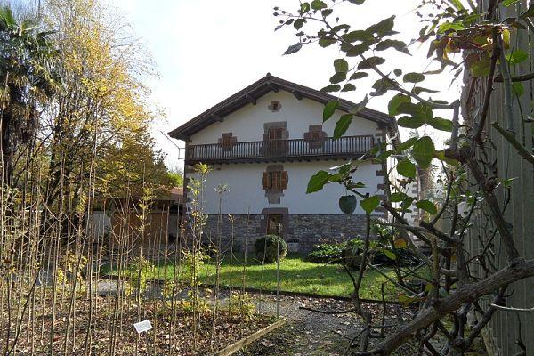 Imagen de uno de los característicos caseríos de la zona Norte de Navarra