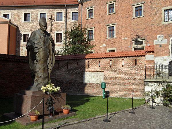 Escultura de Juan Pablo II en la colina de Wawel de Cracovia, ciudad donde fuera arzobispo