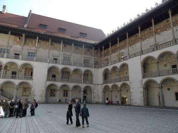 El patio situado en medio de la Residencia Real de Wawel avasalla con descaro al visitante