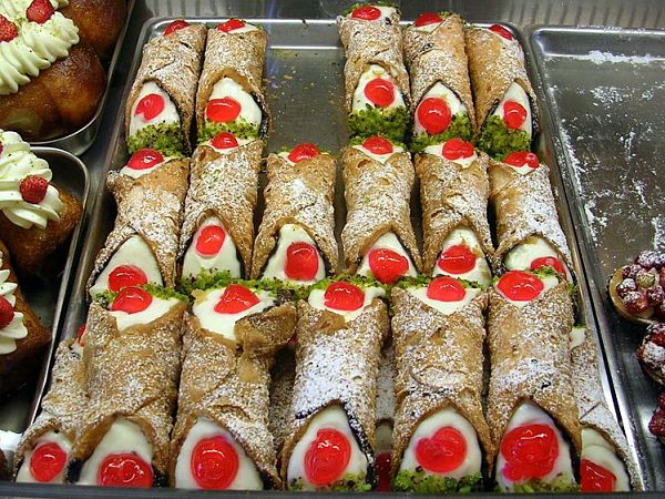 El cannolo siciliano es un postre dulce típico de Sicilia