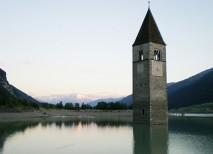 campanario sumergido lago resia italia