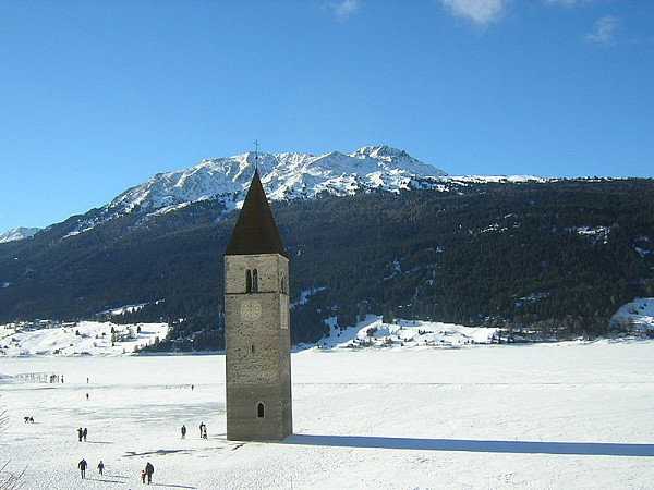 campanario sumergido nieve