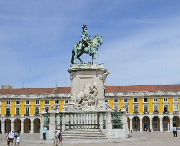 plaza comercio lisboa estatua