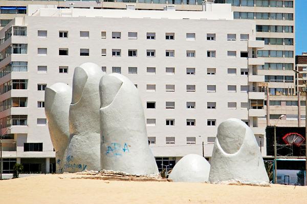 la mano playa punta del este uruguay