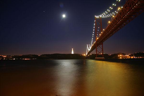 puente 25 abril noche