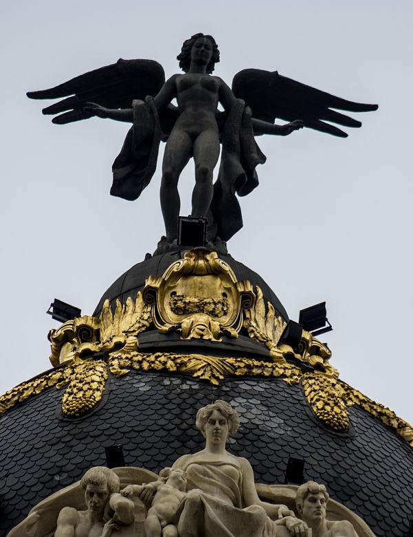 edificio metropolis madrid escultura