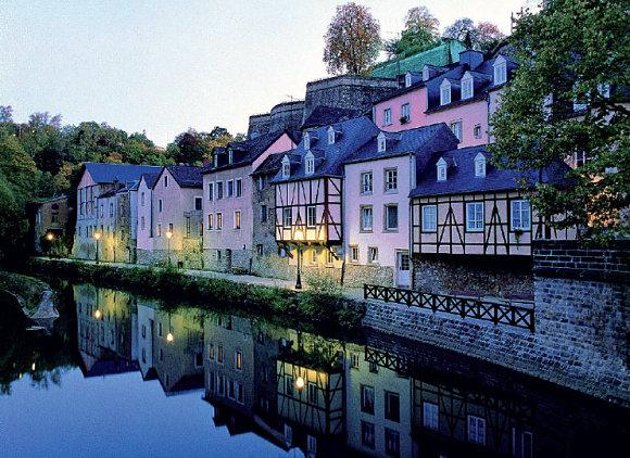 Imagen de casas reflejadas en el agua en Luxemburgo