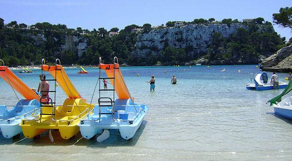 Vista de acantilados y de las barcas a pedales para alquilar