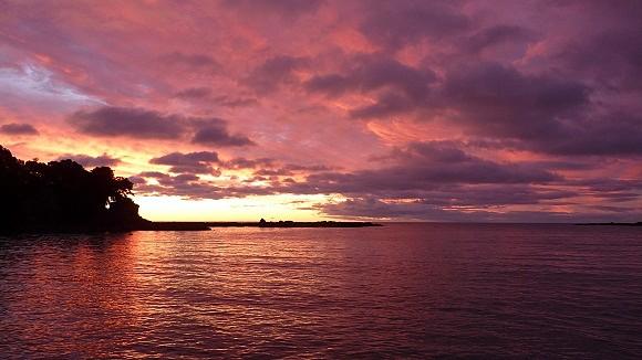 El color púrpura inunda el cielo y las nubes en los atardeceres