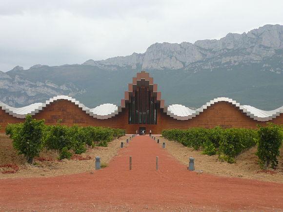 Fachada de la bodega Ysios, obra del arquitecto valenciano Santiago Calatrava
