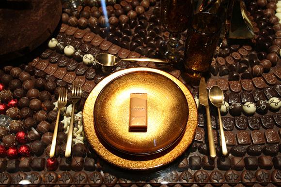 Mesa de cristal repleta de chocolate Godiva, para chuparse los dedos.