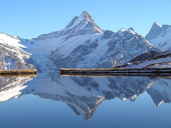 Fotografía de los alpes suizos reflejados en un lago de Interlaken