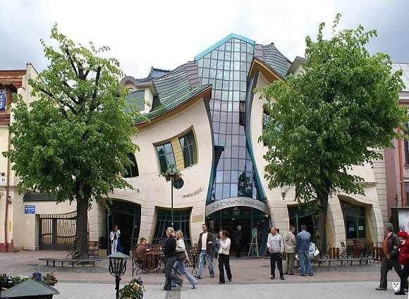 Fachada del edificio Krzywy Domek, conocido también como Crooked House