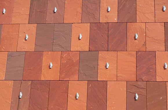 Si aplicamos zoom a la fachada del Museo MAS, vemos manos decorándola