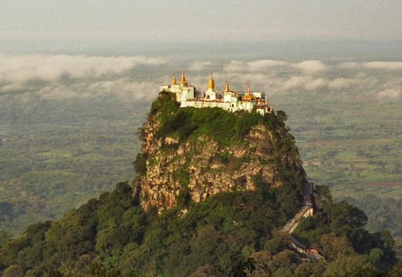 Imagen aérea del templo del Monte Popa en Birmania