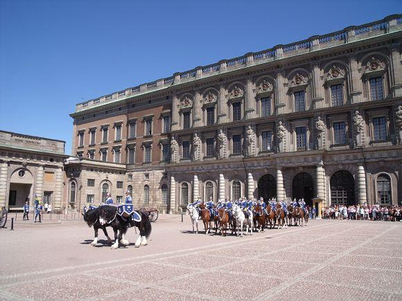 Fachada del Palacio Real de Estocolmo con guardias a caballo