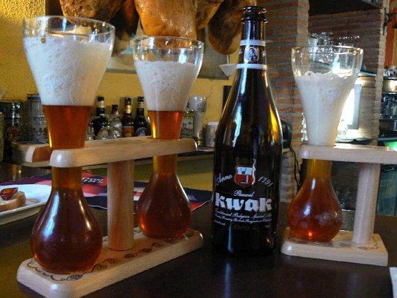 La cerveza Pauwel Kwak y su característico vaso con forma de reloj de arena