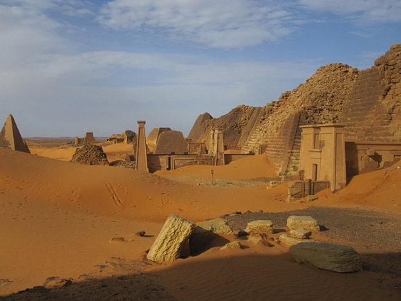 La arena del desierto se abre paso por la ciudad del reino de Ngata