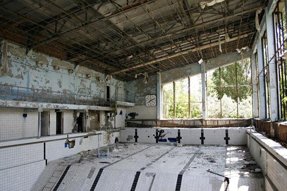 Desoladora imagen de una piscina cubierta en Pripyat tras el desastre nuclear