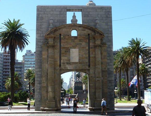 Puerta de la Ciudadela en la Plaza Independencia de Montevideo