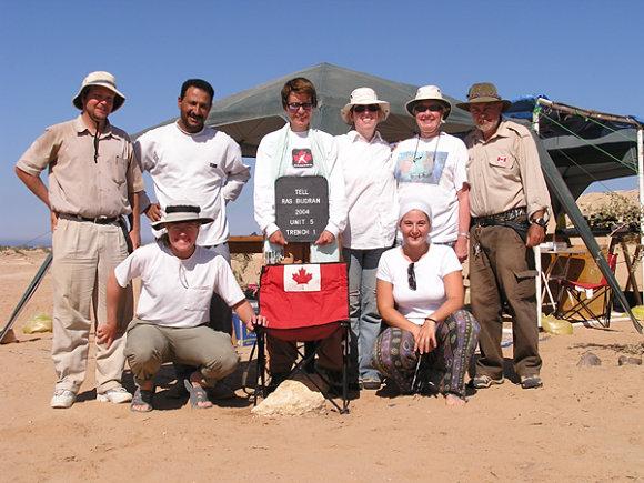 Fotografía de la arqueóloga Sarah Parcak y su equipo