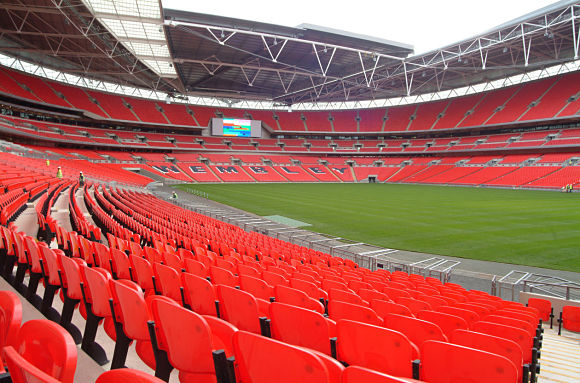 Gradas rojas en el mítico estadio de fútbol de Wembley
