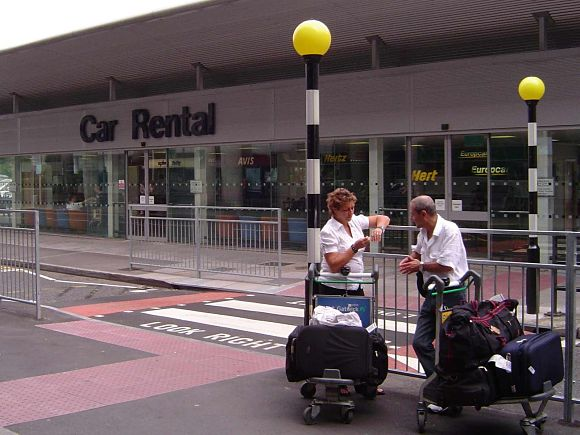 Si viajamos en avión, tenemos que tener en cuenta que no todas las empresas tienen oficinas en los aeropuertos