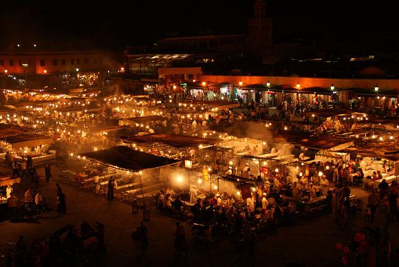 Cuando cae el sol y termina el ayuno, las calles y plazas de Marruecos se llenan de luces y alegría