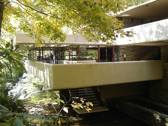 La Casa de la Cascada cuenta con tres terrazas y un mirador en la tercera planta desde donde se pueden contemplar las maravillas del paisaje que la rodea