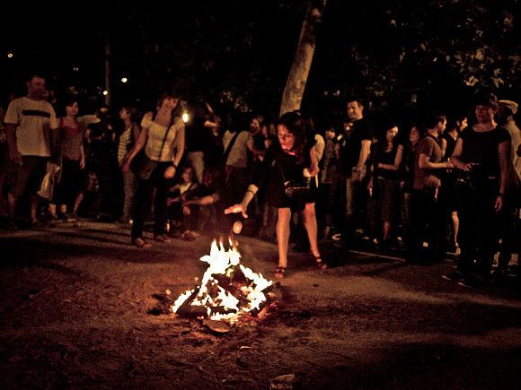Muchos aprovechan la Noche de San Juan para lanzar a la hoguera sus deseos para el futuro