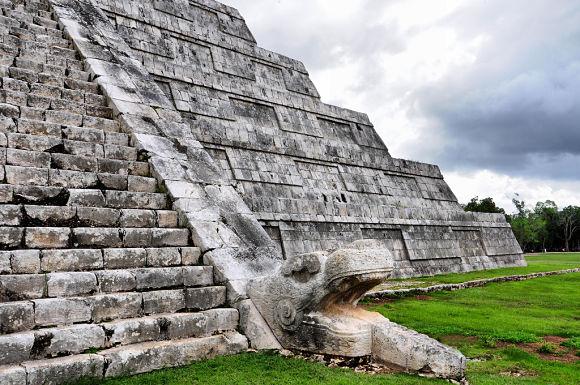 Fotografía de una de las cuatro escalinatas de la Pirámide de Kukulkán