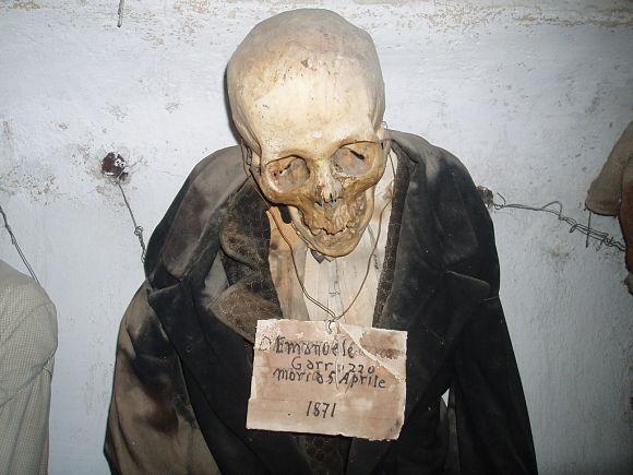 Muchos de los cuerpos llevan un pequeño cartel con los datos personales y la fecha de defunción de los fallecidos