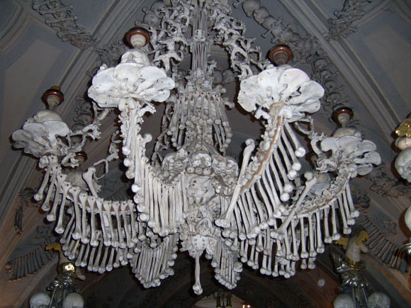 Dentro de la Capilla podemos encontrar objetos tan curiosos como esta lámpara de araña creada con huesos humanos